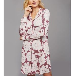 A Pea in the Pod buttoned nursing night gown